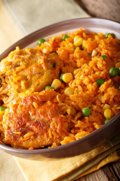 comida brasileira: frango e arroz galinhada mineira close-up em um prato. vertical - pequi - fotografias e filmes do acervo