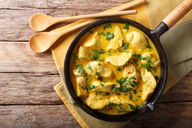 ブラジル料理: ココナッツ チキンのスパイシー クリーム ソースのクローズ アップ。水平トップ ビュー - 鶏肉 ストックフォトと画像