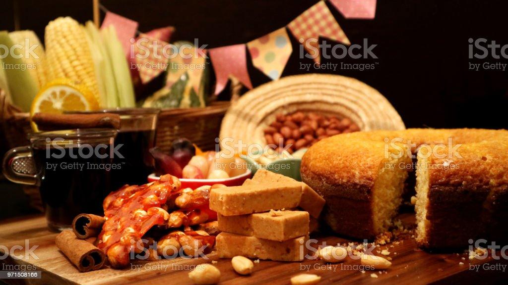 Comida brasileira para a festa de junho. Festa Junina trata na mesa decorada. - foto de acervo