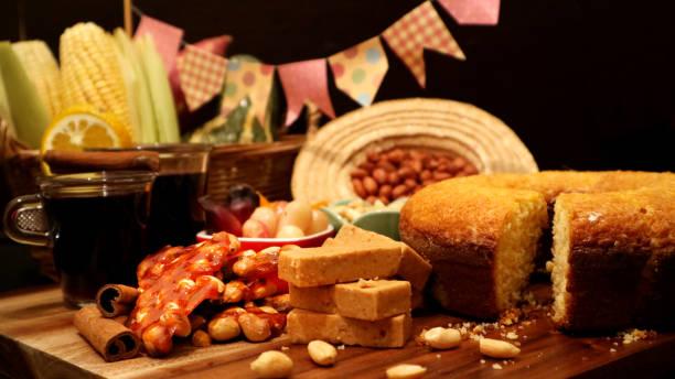 brasilianische lebensmittel für juni fest. festa junina behandelt am gedeckten tisch. - portugiesische desserts stock-fotos und bilder