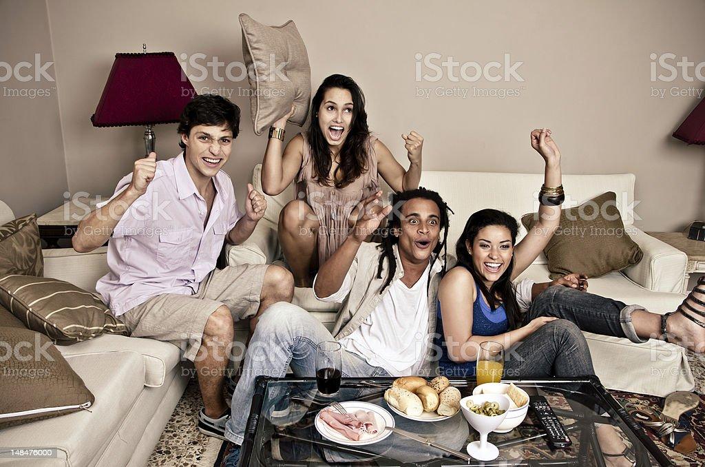 Brasileiro amigos torcendo com sofá - foto de acervo