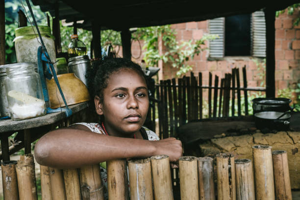 brasilianisches mädchen bei ihr zu hause in der küche - rustikaler hinterhof stock-fotos und bilder