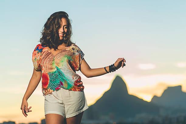 menina dança samba brasileiro - samba imagens e fotografias de stock