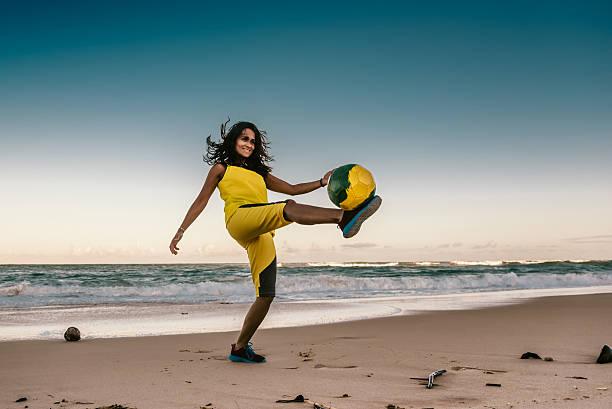 menina jogando futebol de praia brasileiro o pôr-do-sol - futebol de areia - fotografias e filmes do acervo