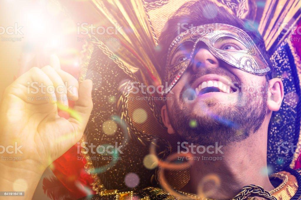 Vistiendo traje de carnaval brasileño Chico - foto de stock