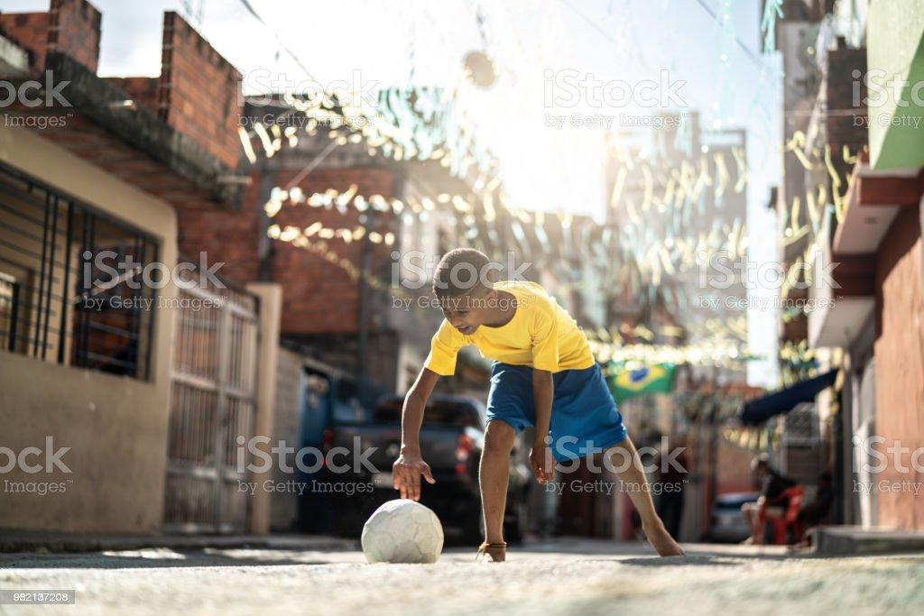Fotografia De Nino Brasileno Jugando Al Futbol En La Calle Y Mas