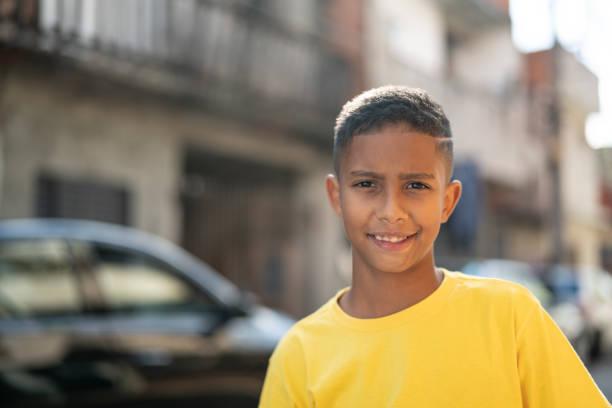 braziliaanse kid portret op favela - latijns amerikaanse en hispanic etniciteiten stockfoto's en -beelden