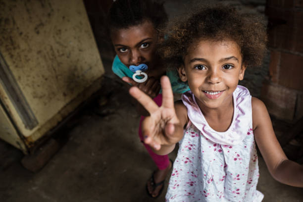 2 ブラジルの小さな女の子、彼女の指で v サイン - 南アメリカ ストックフォトと画像