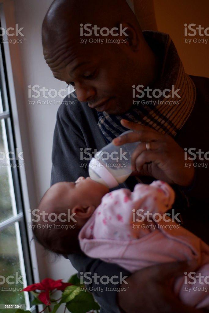 Brasilianische Liebende Vater breastfeeds ihre Tochter – Foto