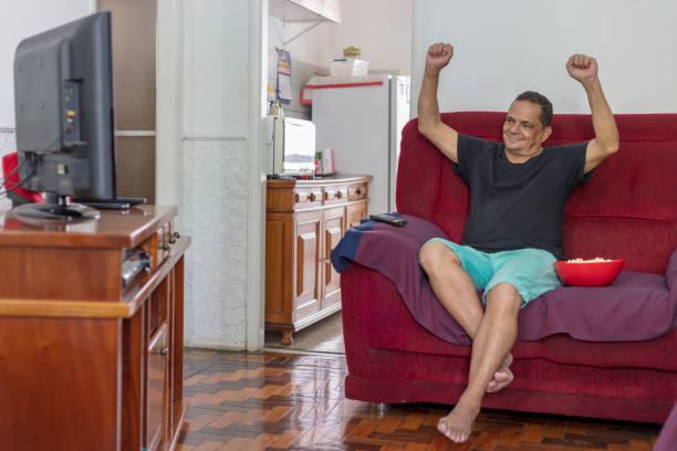 Homem brasileiro em casa - foto de acervo