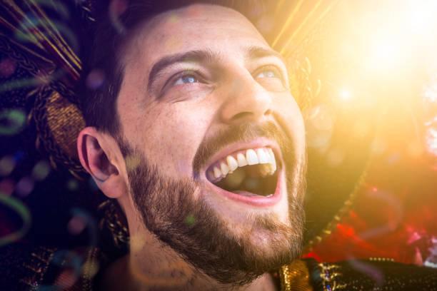 vestindo traje do carnaval brasileiro - sorriso carnaval - fotografias e filmes do acervo