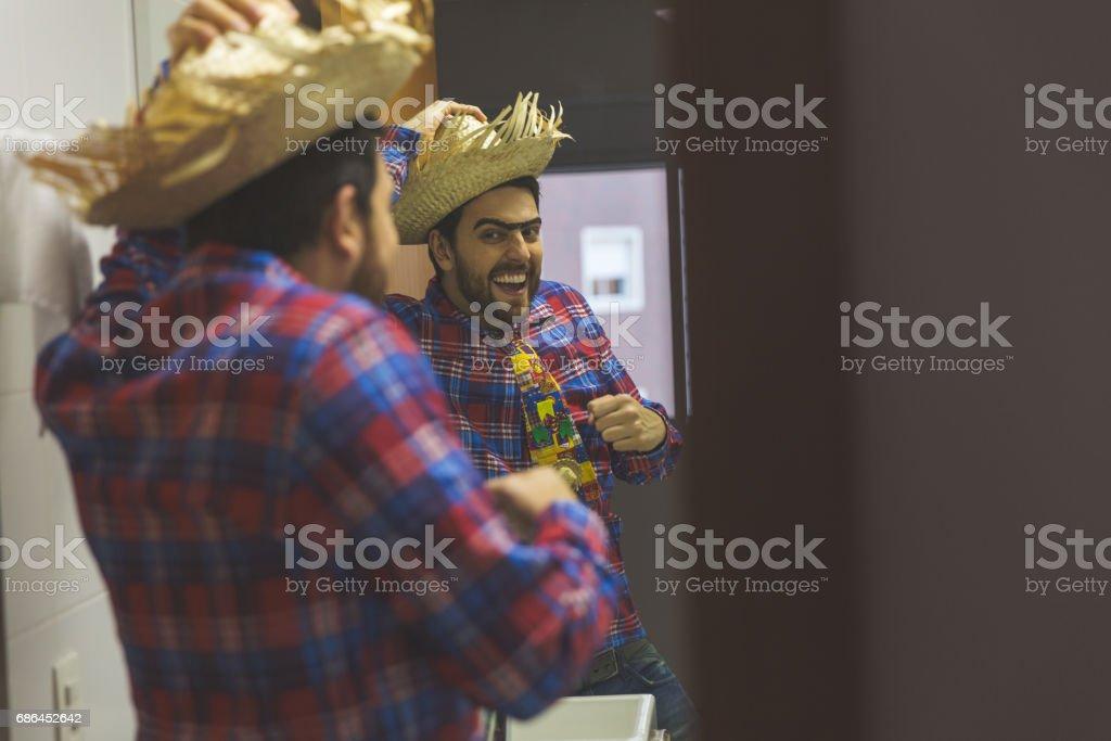 Homem brasileiro vestindo roupas fantasia para Festa Junina, danças no banheiro - foto de acervo