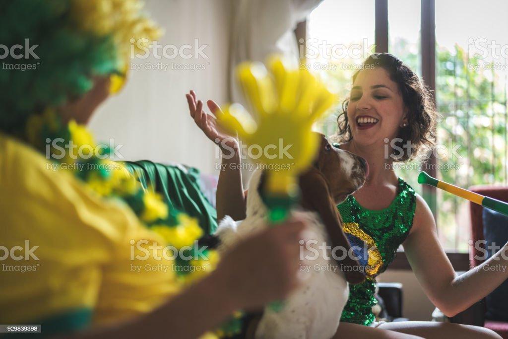 Brasileira mãe e filha assistindo jogo de futebol em casa - foto de acervo