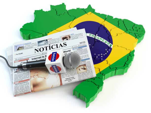 """brasilianisches news, presse und journalismus-konzept. mikrofon und zeitung mit überschrift """"noticias"""" (portugal für: nachrichten) auf der karte in den farben der flagge von brasilien. - radio kultur stock-fotos und bilder"""