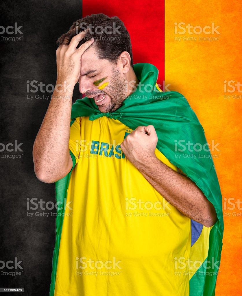 Fã do futebol brasileiro ou torcedor chorando no campeonato ou concorrência ou Copa. - foto de acervo