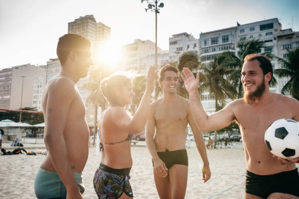 desportistas brasileira dando cinco - futebol de areia - fotografias e filmes do acervo