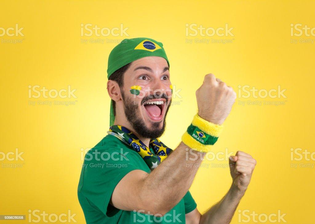 Torcedor brasileiro de futebol está comemorando, aplaudindo. Fã do sexo masculino. - foto de acervo