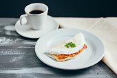 チーズ (coalho)、木製テーブルの上のコーヒーとブラジルのタピオカ