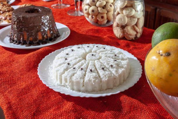 brasilianische traditionelles dessert: süße couscous (tapioka) pudding (cuscuz doce) mit kokosnuss - portugiesische desserts stock-fotos und bilder