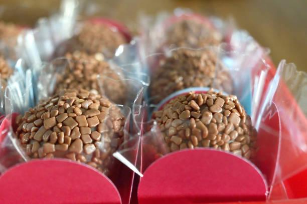 Trufa de chocolate típica brasileira chamada doce Brigadeiro - foto de acervo