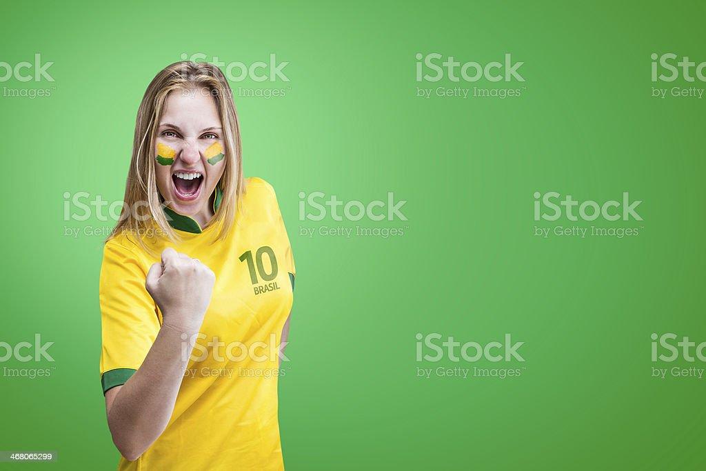 Mulher brasileira celebra sobre fundo verde com seu rosto é pintado - foto de acervo