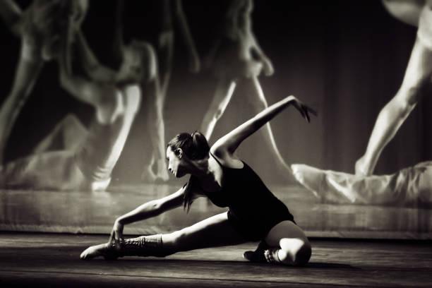 Brazilian woman dancing on stage - foto stock
