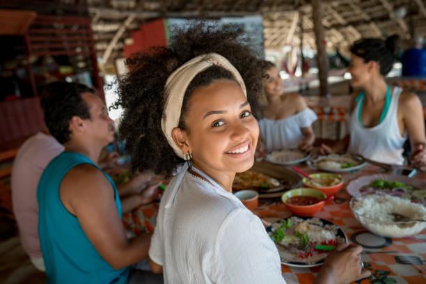 Femme brésilienne, manger avec des amis dans un restaurant de plage - Photo