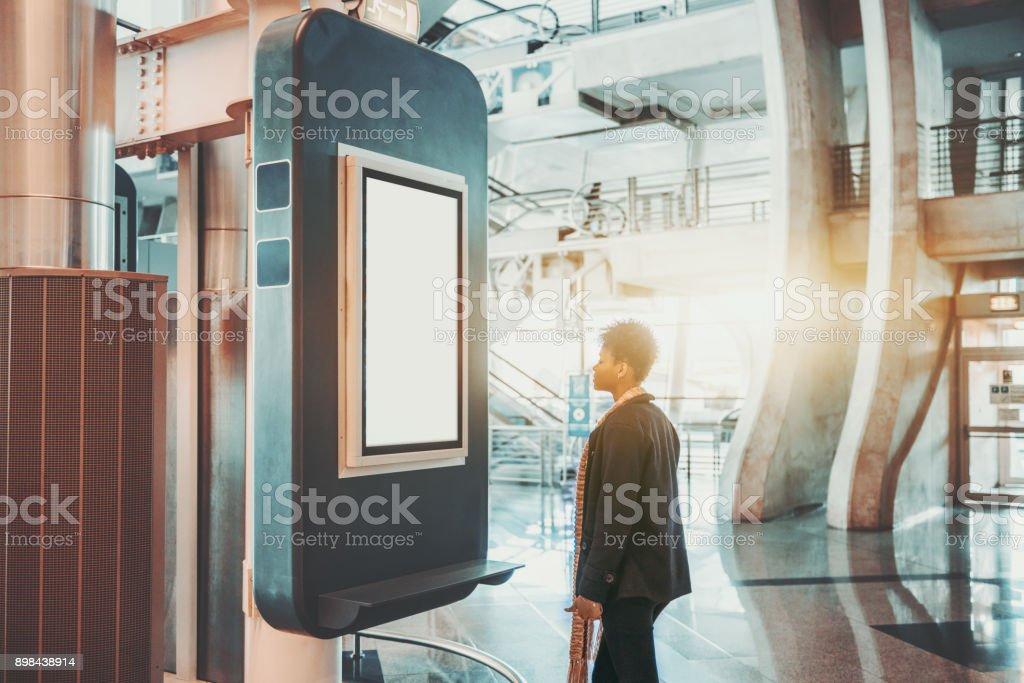 Femme brésilienne en face de l'écran LCD - Photo