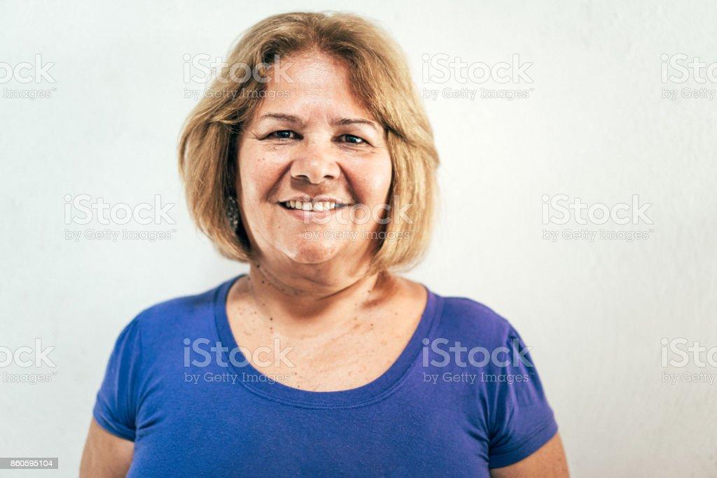 Brasilianerin vor weißer Wand – Foto