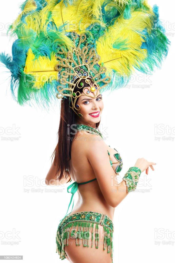 26aca33dd18d Mujer Brasileña Posando En Traje De Samba Sobre Fondo Blanco Foto de ...