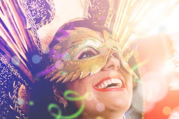 vestindo fantasia de carnaval mulher brasileira - sorriso carnaval - fotografias e filmes do acervo