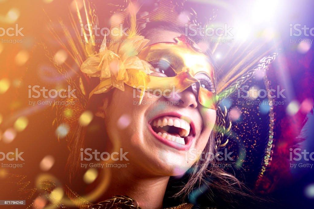 Vistiendo traje de carnaval mujer brasileña - foto de stock