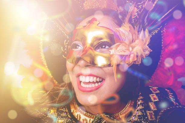 vestindo fantasia de carnaval mulher brasileira - mardi gras - fotografias e filmes do acervo