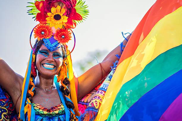brésilien femme portant costume de carnaval de rio de janeiro, brésil - carnaval de rio photos et images de collection