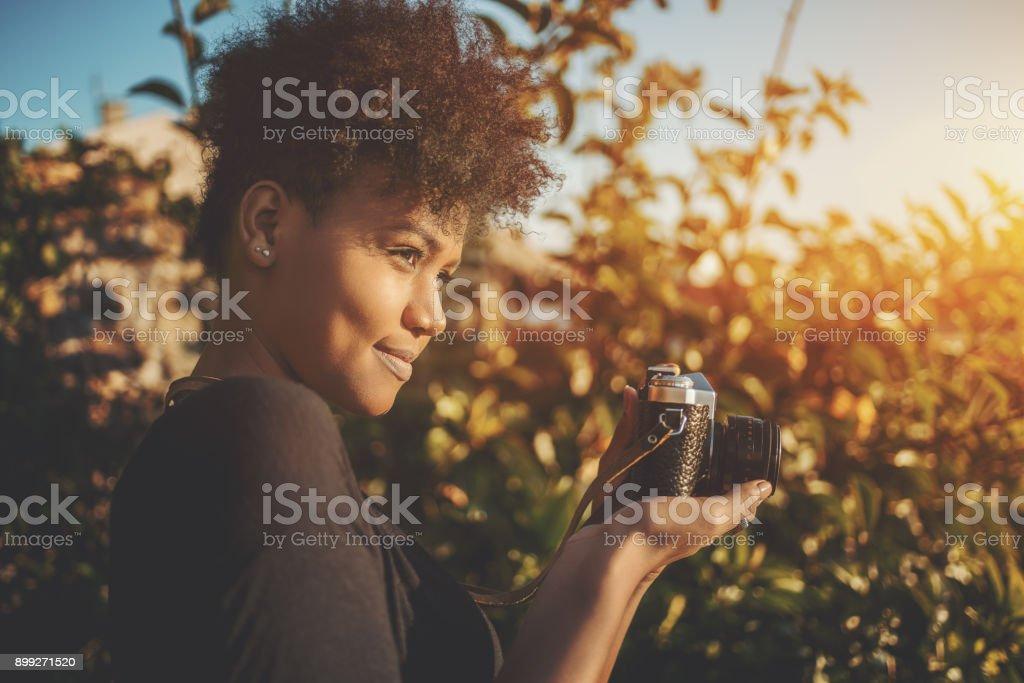 Brasilianerin mit Retro-Kamera im park – Foto