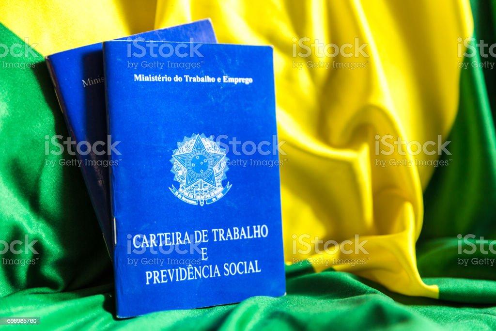 Werkdocument van de Braziliaanse en sociale zekerheid document (Portugees: Carteira de Trabalho) op Braziliaanse vlag foto