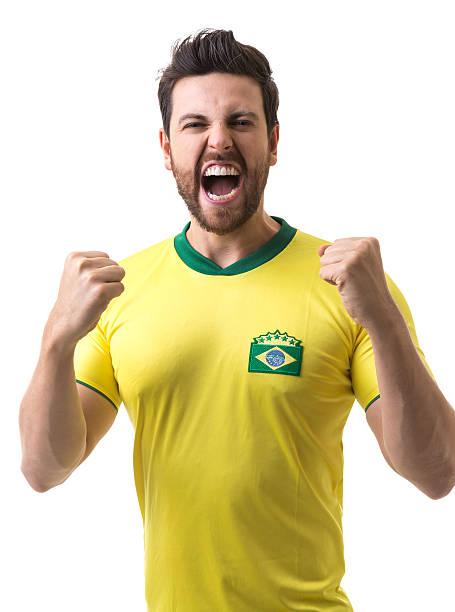 Jovens torcedores brasileiros celebrando no fundo branco - foto de acervo