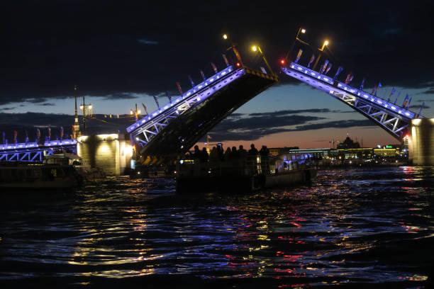 Brücke Brücke in St. Petersburg vom Wasser aus bascule bridge stock pictures, royalty-free photos & images