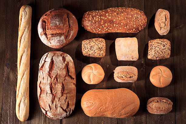 Brot und Brötchen auf Holztisch, Bäckereien – Foto