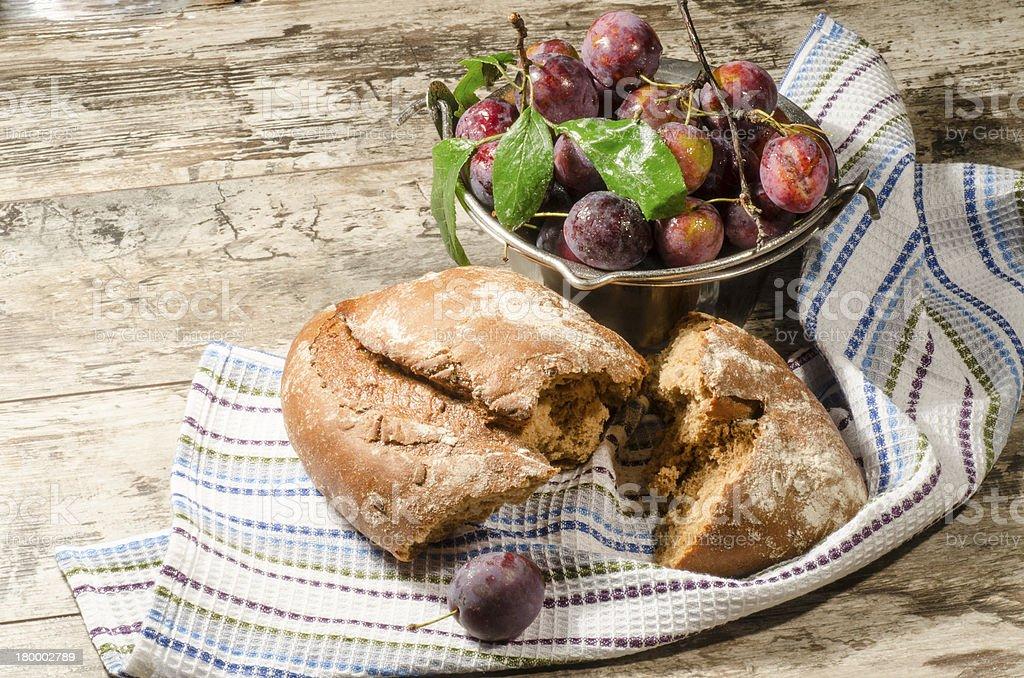 식빵, 자두 올드 나무 탁자 royalty-free 스톡 사진