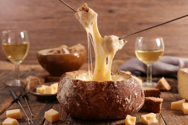 brotschale mit käse-fondue - fondue stock-fotos und bilder