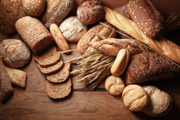 brood: brood verscheidenheid stilleven - bakker stockfoto's en -beelden