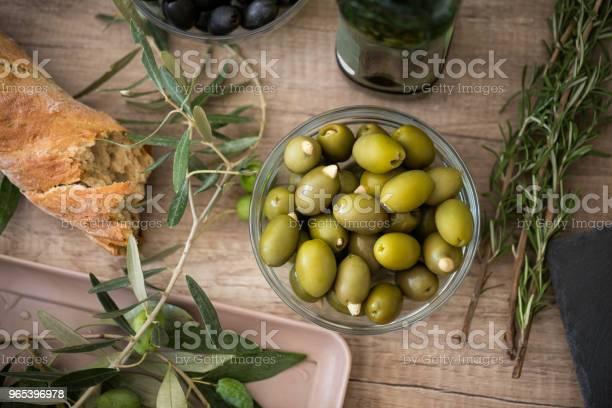 Foto de Pão Ciabatta E Tigela De Azeitonas Verdes e mais fotos de stock de Agricultura