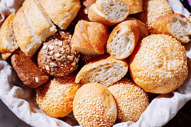 Brot im Korb auf Bankett-Tisch – Foto