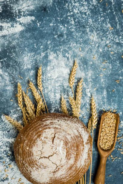Brotlaib über Roggen Weizen – Foto