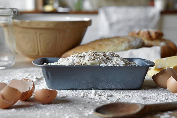Teig in Brot Füllung und unordentlich Küche – Foto
