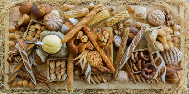brot art auf tisch - brot kohlenhydrate stock-fotos und bilder