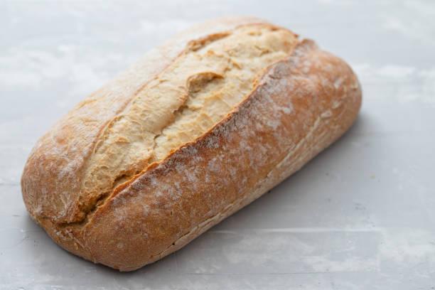 회색 세라믹 배경에 빵 - 치아바타 빵 뉴스 사진 이미지