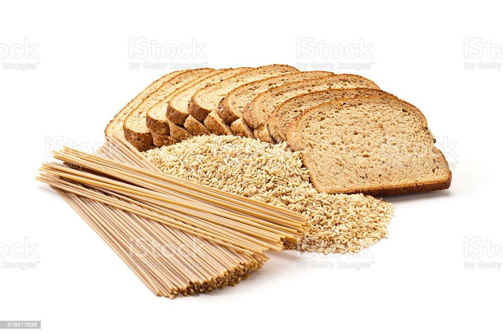 Pan, arroz y pasta de granos integrales sobre fondo blanco foto de stock libre de derechos