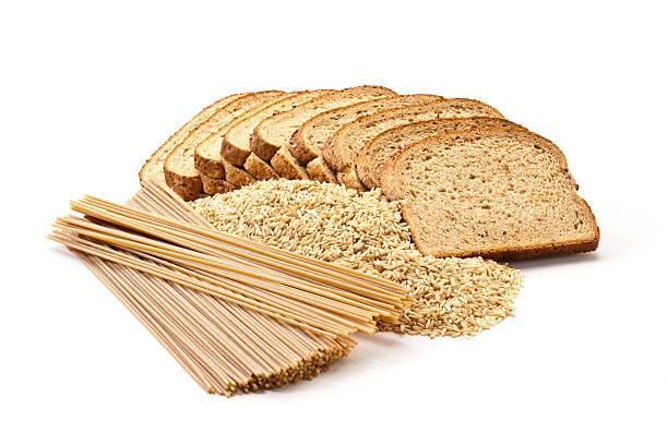 Pan, arroz y pasta de granos integrales sobre fondo blanco - foto de stock
